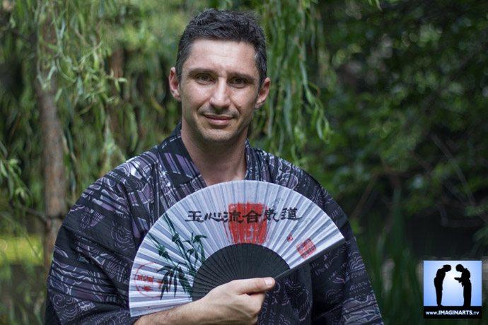 Lionel en Kimono traditionnel japonais et un éventail