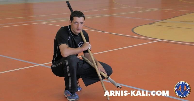 bâton long contre double bâtons Arnis Kali