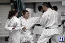 Lionel Froidure enseigne le karaté à des enfants