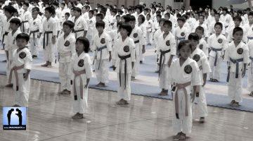 salut de karaté à Okinawa par des enfants