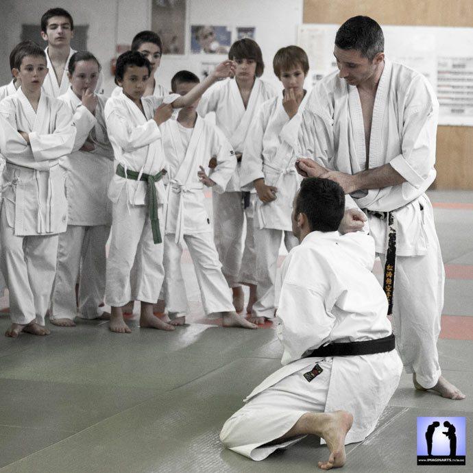 cel de bras en karate avec des enfants